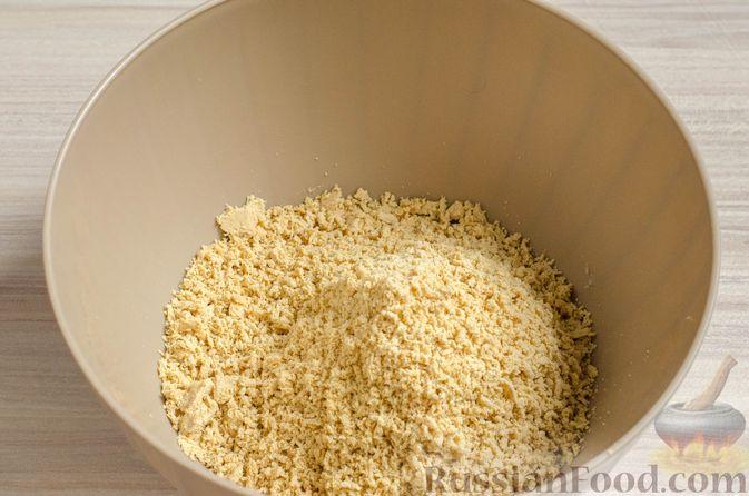 Фото приготовления рецепта: Бисквитный рулет с творожно-сметанным кремом и халвой - шаг №15