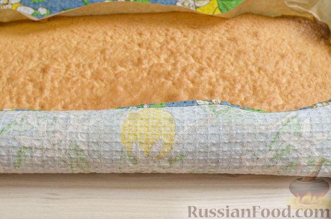 Фото приготовления рецепта: Бисквитный рулет с творожно-сметанным кремом и халвой - шаг №18