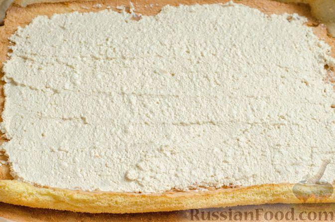 Фото приготовления рецепта: Бисквитный рулет с творожно-сметанным кремом и халвой - шаг №21