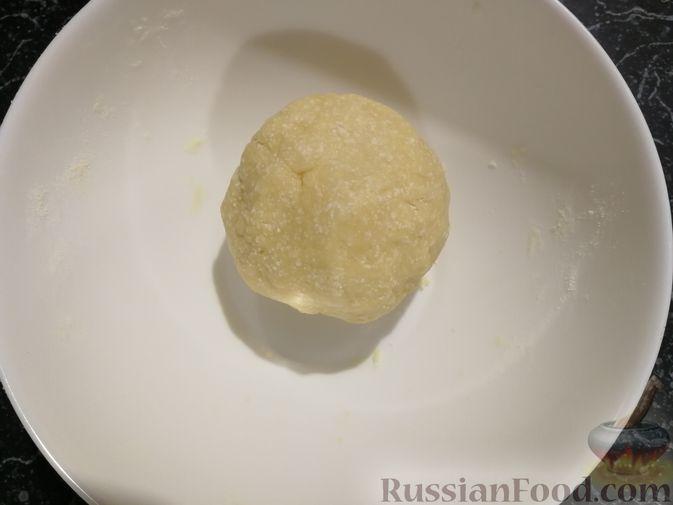Фото приготовления рецепта: Открытый творожный пирог с цветной капустой, брокколи, колбасками и сыром - шаг №4
