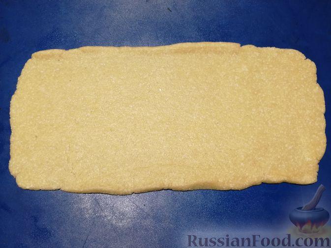 Фото приготовления рецепта: Открытый творожный пирог с цветной капустой, брокколи, колбасками и сыром - шаг №5