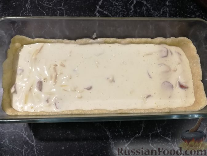 Фото приготовления рецепта: Открытый творожный пирог с цветной капустой, брокколи, колбасками и сыром - шаг №14
