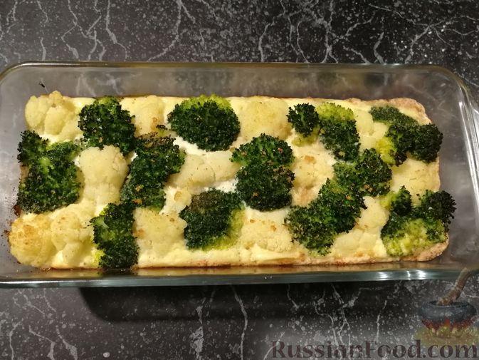 Фото приготовления рецепта: Открытый творожный пирог с цветной капустой, брокколи, колбасками и сыром - шаг №16