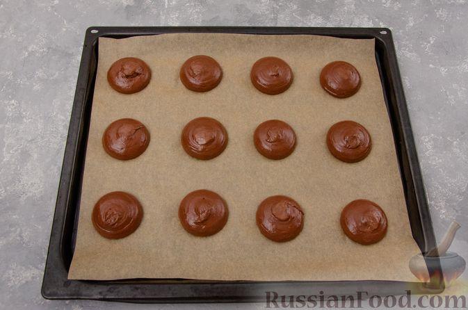 """Фото приготовления рецепта: Шоколадные пирожные """"Вупи пай"""" с сырно-сметанным кремом - шаг №9"""