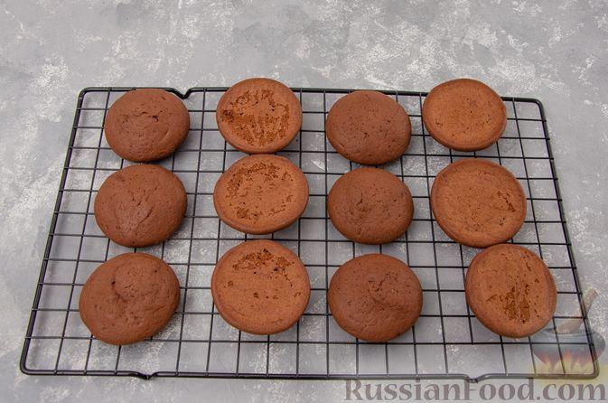 """Фото приготовления рецепта: Шоколадные пирожные """"Вупи пай"""" с сырно-сметанным кремом - шаг №11"""