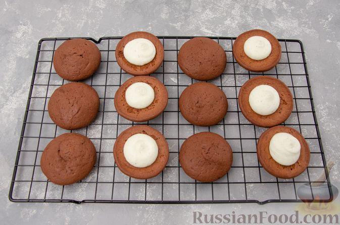 """Фото приготовления рецепта: Шоколадные пирожные """"Вупи пай"""" с сырно-сметанным кремом - шаг №15"""