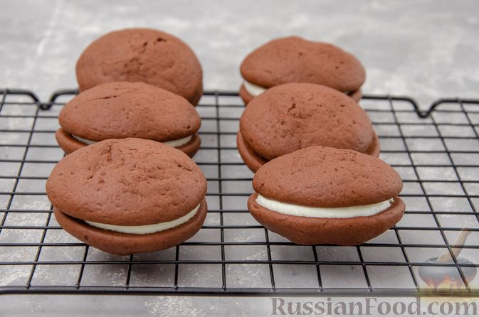 """Фото приготовления рецепта: Шоколадные пирожные """"Вупи пай"""" с сырно-сметанным кремом - шаг №16"""