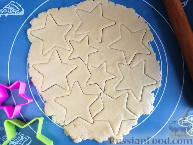 Фото приготовления рецепта: Песочное печенье с белковой глазурью - шаг №5