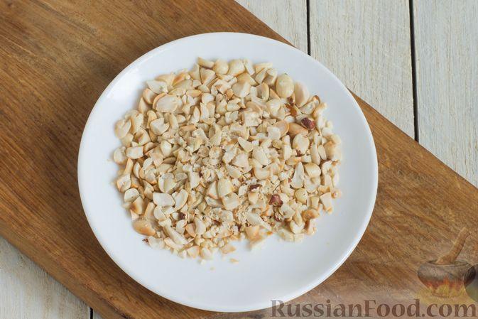 Фото приготовления рецепта: Гранола с кукурузными хлопьями, арахисом, изюмом и семечками (на сковороде) - шаг №3