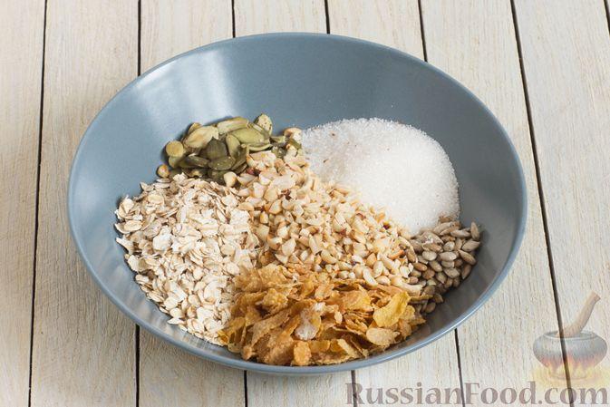 Фото приготовления рецепта: Гранола с кукурузными хлопьями, арахисом, изюмом и семечками (на сковороде) - шаг №4