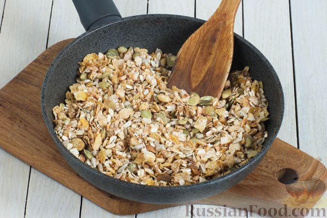 Фото приготовления рецепта: Гранола с кукурузными хлопьями, арахисом, изюмом и семечками (на сковороде) - шаг №5