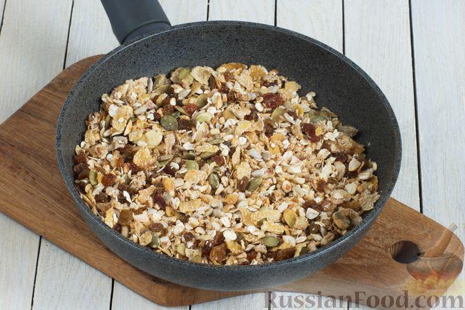 Фото приготовления рецепта: Гранола с кукурузными хлопьями, арахисом, изюмом и семечками (на сковороде) - шаг №6