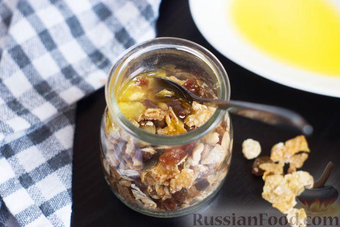 Фото приготовления рецепта: Гранола с кукурузными хлопьями, арахисом, изюмом и семечками (на сковороде) - шаг №7