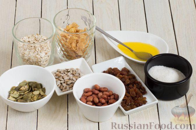 Фото приготовления рецепта: Гранола с кукурузными хлопьями, арахисом, изюмом и семечками (на сковороде) - шаг №1