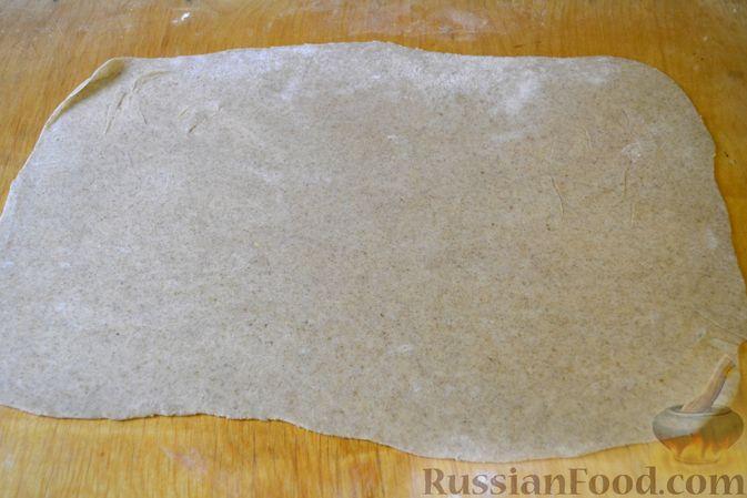 Фото приготовления рецепта: Вертута с тыквой и хурмой, из цельнозерновой муки - шаг №8