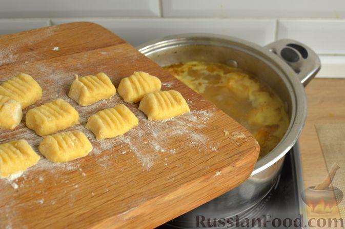 Фото приготовления рецепта: Куриный суп с картофельными ньокками - шаг №12