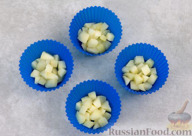 Фото приготовления рецепта: Кефирное желе с яблоками и корицей - шаг №4