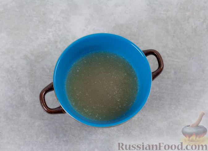 Фото приготовления рецепта: Кефирное желе с яблоками и корицей - шаг №2