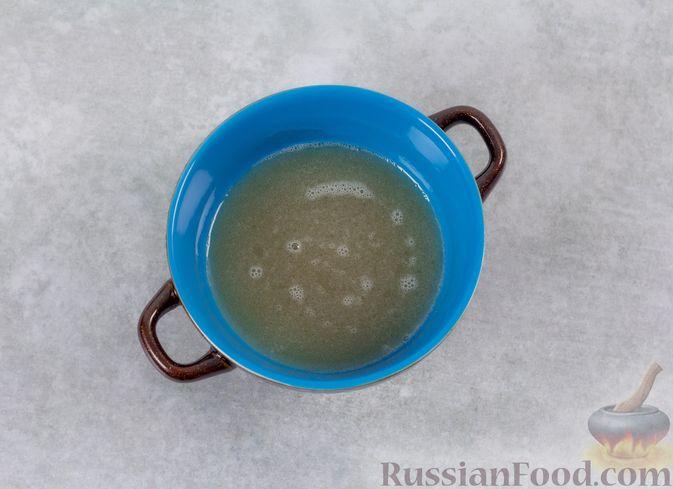 Фото приготовления рецепта: Кефирное желе с яблоками и корицей - шаг №6