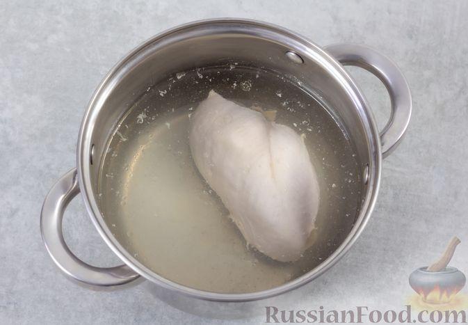Фото приготовления рецепта: Салат с курицей, капустой и кукурузой - шаг №2