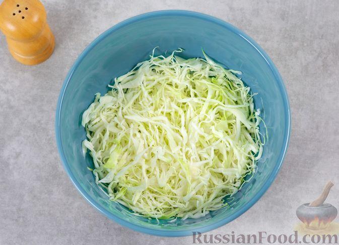 Фото приготовления рецепта: Салат с курицей, капустой и кукурузой - шаг №5