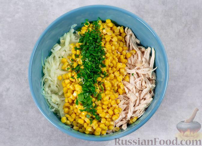 Фото приготовления рецепта: Салат с курицей, капустой и кукурузой - шаг №7