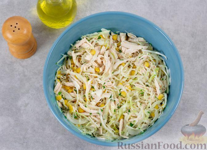 Фото приготовления рецепта: Салат с курицей, капустой и кукурузой - шаг №8
