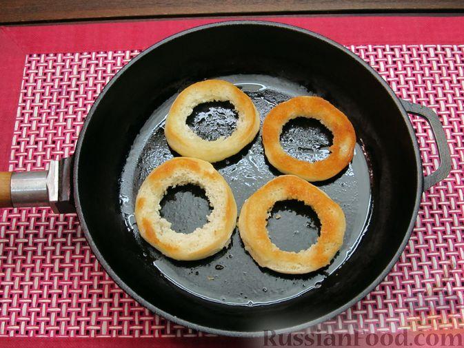 Фото приготовления рецепта: Яичница из перепелиных яиц в хлебе - шаг №4