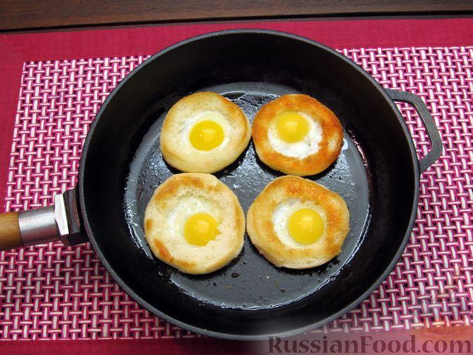 Фото приготовления рецепта: Яичница из перепелиных яиц в хлебе - шаг №5