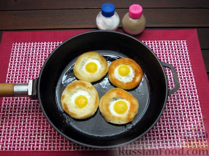 Фото приготовления рецепта: Яичница из перепелиных яиц в хлебе - шаг №6