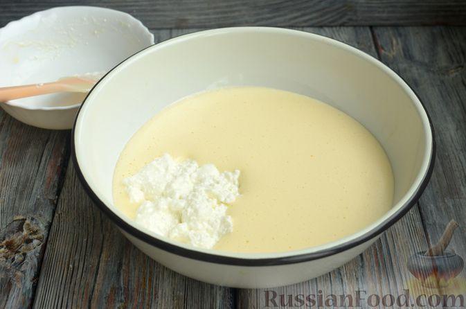 Фото приготовления рецепта: Творожная шарлотка  с яблоками - шаг №5
