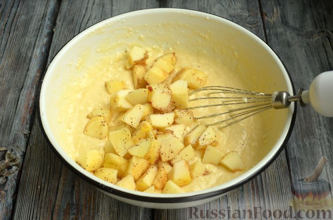 Фото приготовления рецепта: Творожная шарлотка  с яблоками - шаг №8