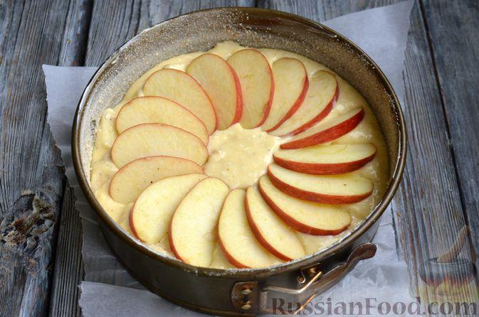 Фото приготовления рецепта: Творожная шарлотка  с яблоками - шаг №12