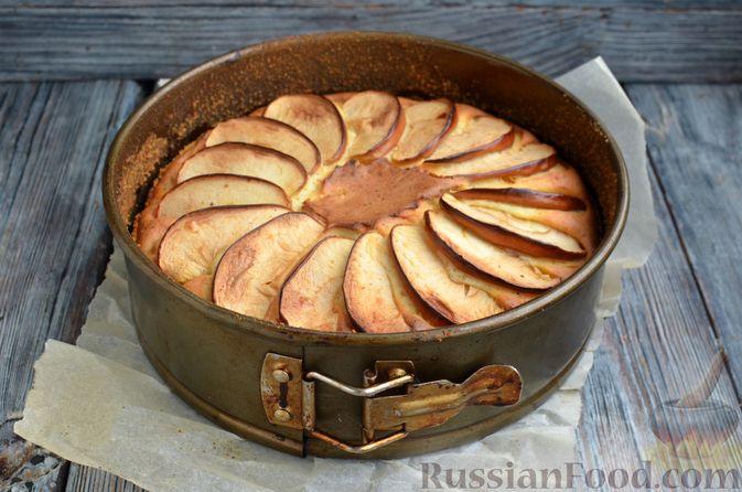 Фото приготовления рецепта: Творожная шарлотка  с яблоками - шаг №13