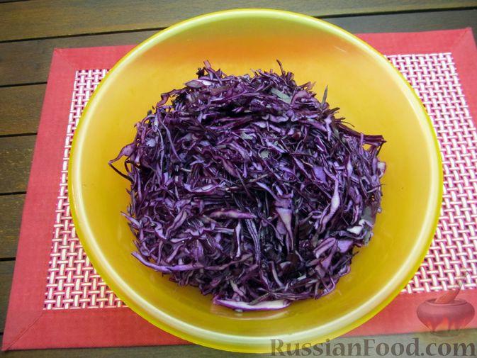 Фото приготовления рецепта: Тушёная краснокочанная капуста с черносливом - шаг №2