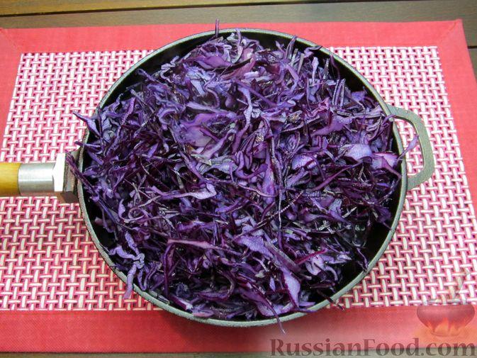Фото приготовления рецепта: Тушёная краснокочанная капуста с черносливом - шаг №7