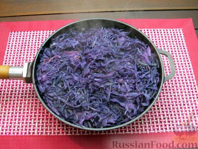 Фото приготовления рецепта: Тушёная краснокочанная капуста с черносливом - шаг №8