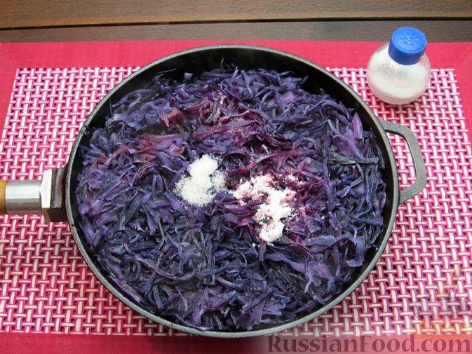 Фото приготовления рецепта: Тушёная краснокочанная капуста с черносливом - шаг №9