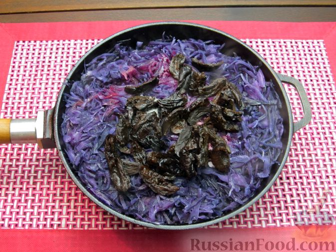 Фото приготовления рецепта: Тушёная краснокочанная капуста с черносливом - шаг №10