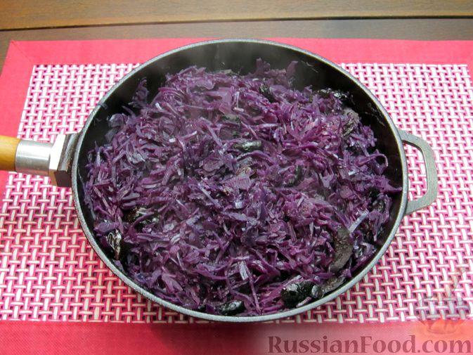 Фото приготовления рецепта: Тушёная краснокочанная капуста с черносливом - шаг №11