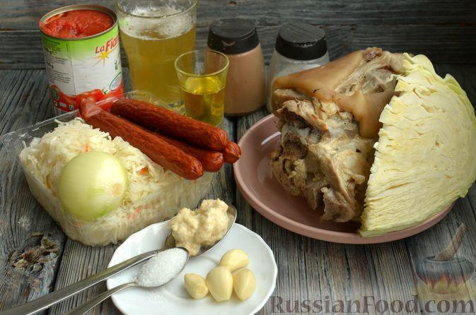 Фото приготовления рецепта: Свиная рулька, запечённая с кислой и свежей капустой и копчёными колбасками - шаг №4
