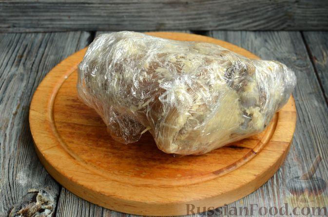 Фото приготовления рецепта: Свиная рулька, запечённая с кислой и свежей капустой и копчёными колбасками - шаг №7