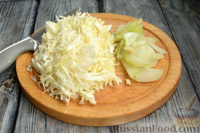Фото приготовления рецепта: Свиная рулька, запечённая с кислой и свежей капустой и копчёными колбасками - шаг №8