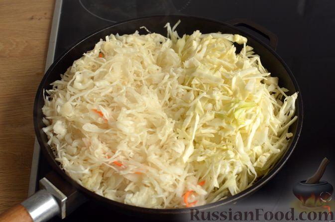 Фото приготовления рецепта: Свиная рулька, запечённая с кислой и свежей капустой и копчёными колбасками - шаг №10