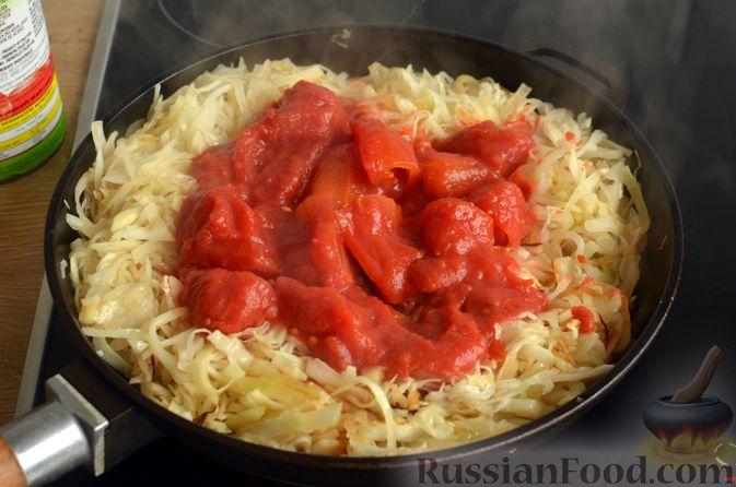 Фото приготовления рецепта: Свиная рулька, запечённая с кислой и свежей капустой и копчёными колбасками - шаг №11