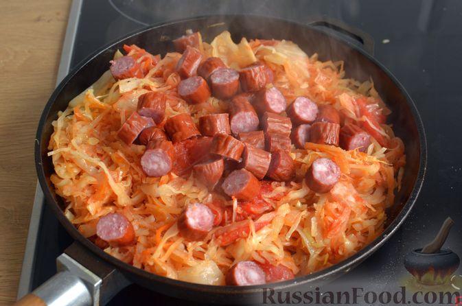 Фото приготовления рецепта: Свиная рулька, запечённая с кислой и свежей капустой и копчёными колбасками - шаг №12