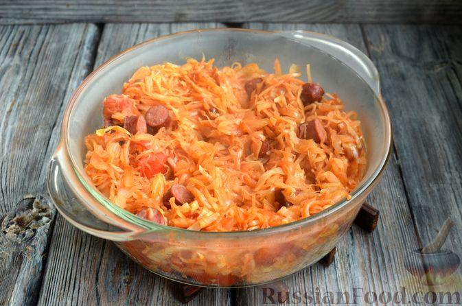 Фото приготовления рецепта: Свиная рулька, запечённая с кислой и свежей капустой и копчёными колбасками - шаг №13