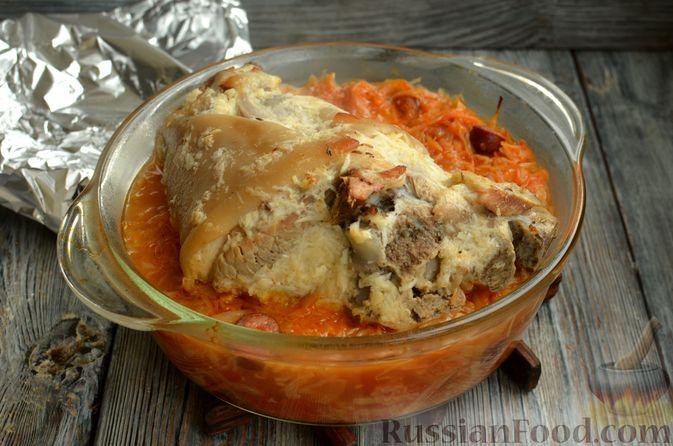 Фото приготовления рецепта: Свиная рулька, запечённая с кислой и свежей капустой и копчёными колбасками - шаг №15