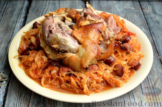 Фото приготовления рецепта: Свиная рулька, запечённая с кислой и свежей капустой и копчёными колбасками - шаг №17