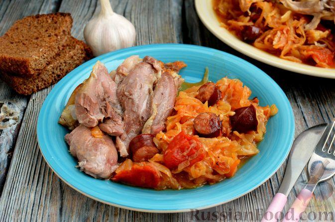 Фото приготовления рецепта: Свиная рулька, запечённая с кислой и свежей капустой и копчёными колбасками - шаг №18